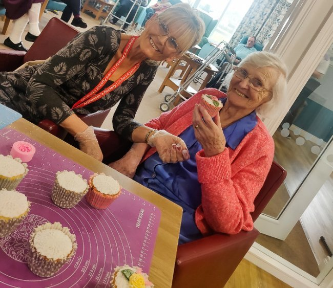 Alzheimer's Society volunteer visits Meadow View for beautiful cake decorating session.