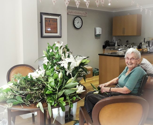 Low Furlong residents stay busy with carol service, kitten therapy and festive fun!